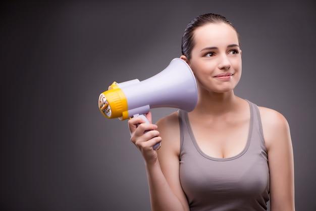 Donna nel concetto di sport con l'altoparlante