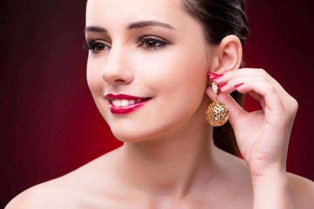 Donna nel concetto glamour con gioielli
