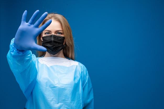 Donna nel gesto di arresto di rappresentazione del respiratore. interrompere il concetto di virus.