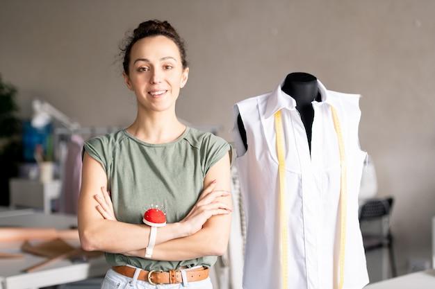 Donna nel laboratorio di moda