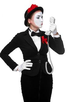 Donna nel mime di immagine che tiene un microtelefono.
