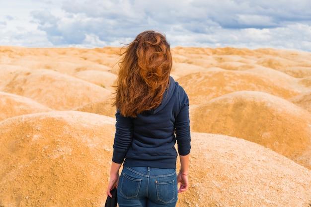 Donna nel ritratto del deserto