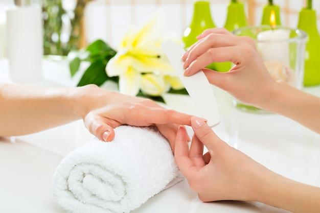 Donna nel salone delle unghie che riceve manicure