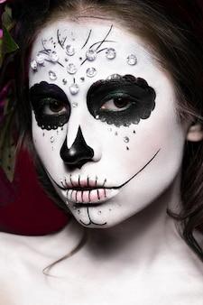 Donna nel trucco di halloween