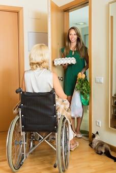 Donna nell'assistente di riunione della sedia a rotelle