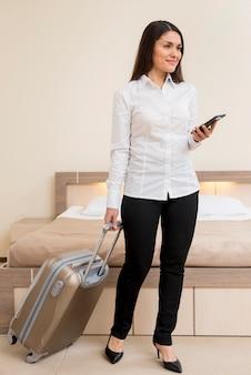 Donna nella camera d'albergo