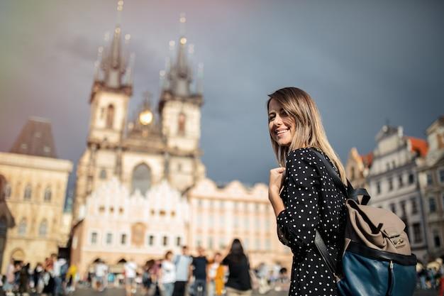 Donna nella città vecchia di praga, repubblica ceca