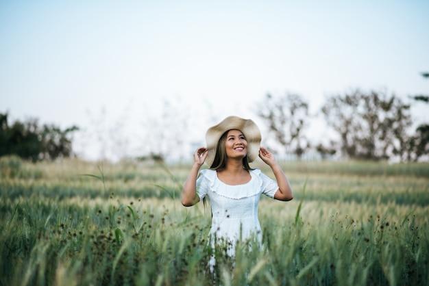 Donna nella felicità del cappello nella natura