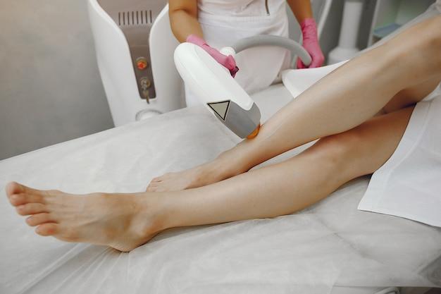 Donna nello studio di cosmetologia sulla depilazione laser