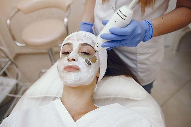 Donna nello studio di cosmetologia sulle procedure