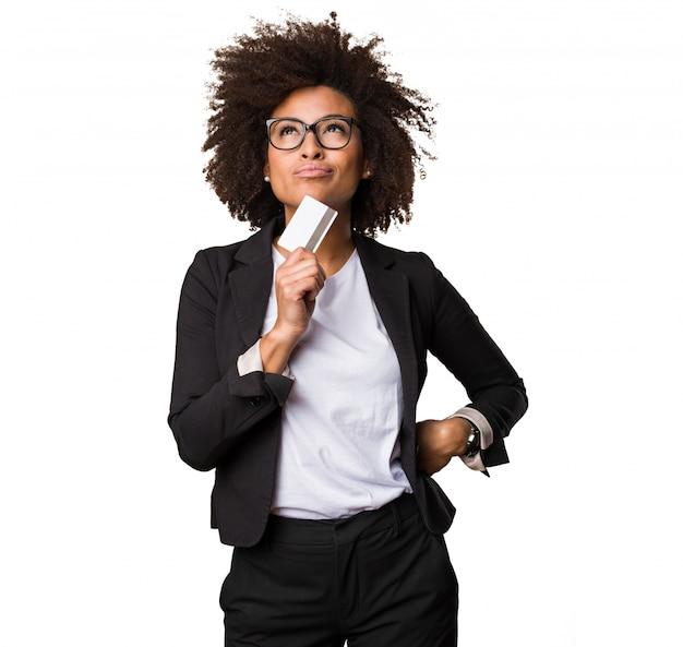 Donna nera di affari che tiene una carta di credito