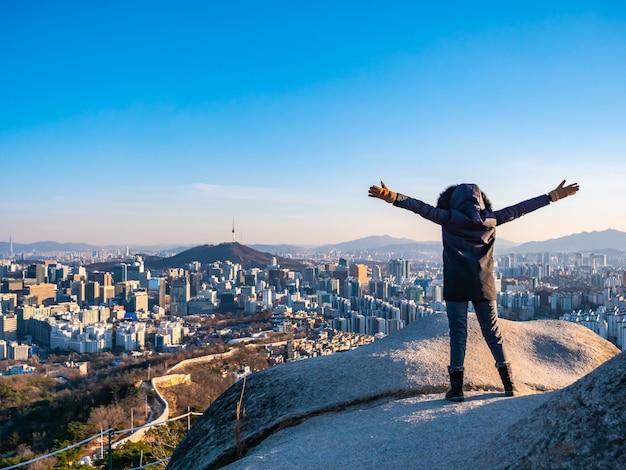 Donna o ragazza sulla cima della montagna