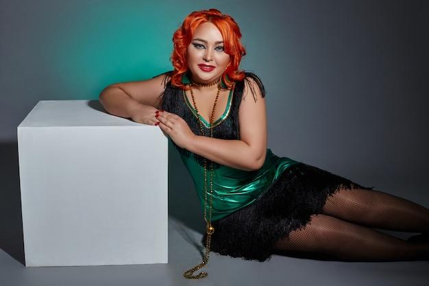 Donna paffuta cabaret retrò con i capelli rossi brillante