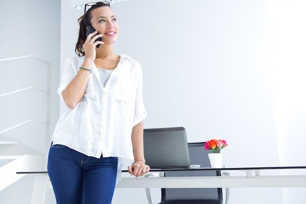 Donna parlando sul telefono cellulare