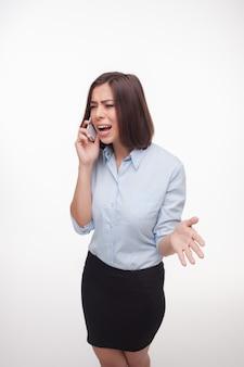 Donna parlante di affari sulla parete bianca