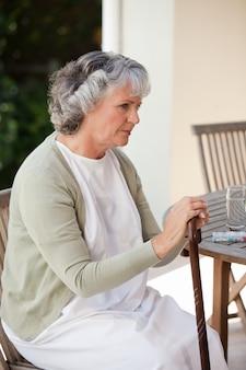 Donna pensionata con il suo bastone da passeggio
