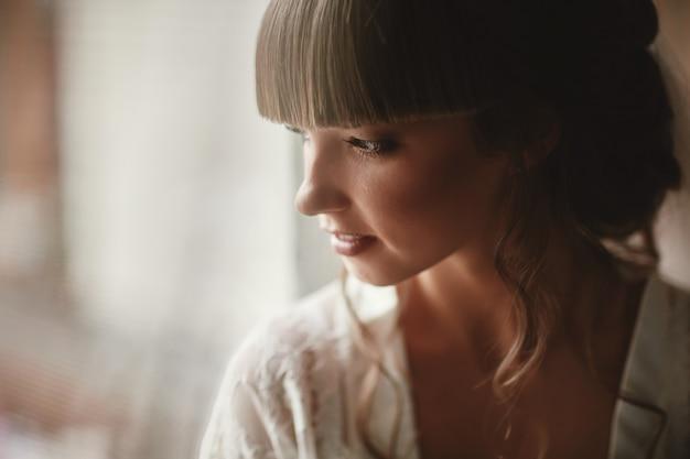Donna perfetta modella con bella acconciatura e trucco.