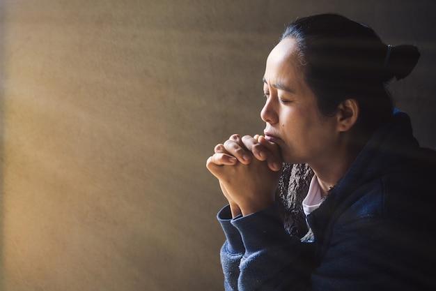 Donna prega per la benedizione di dio di desiderare una vita migliore.