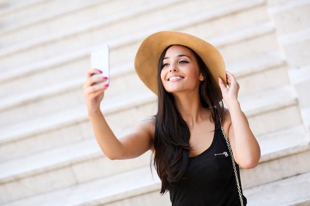Donna prendendo selfie