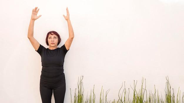 Donna pronta a saltare esercizi di fitness