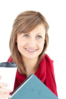 Donna radiosa che tiene un libro e un caffè