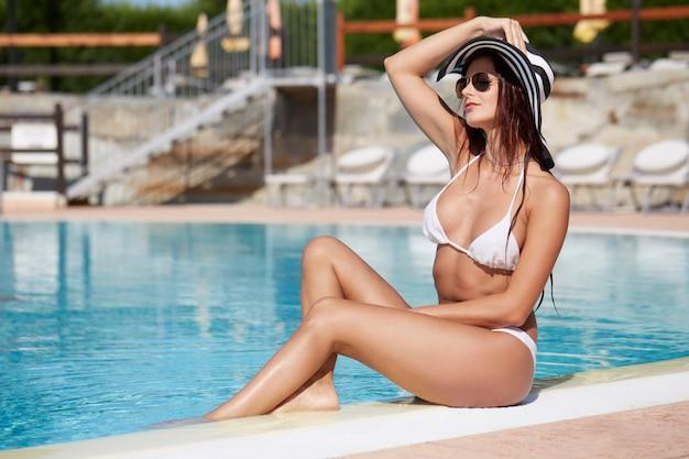 Donna rilassante in piscina