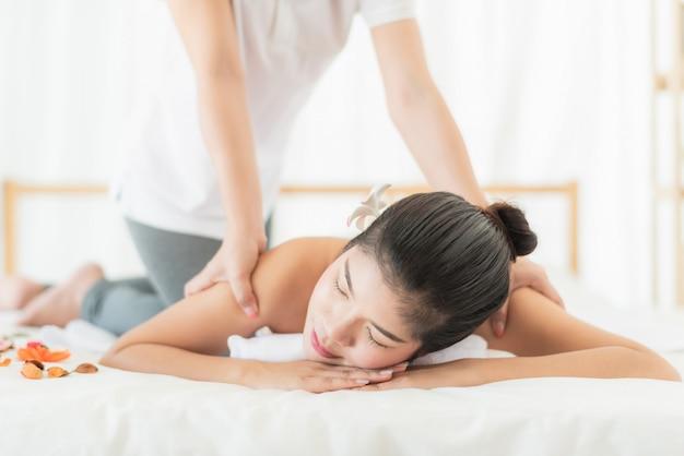 Donna rilassante mentre ricevendo il massaggio nella spa