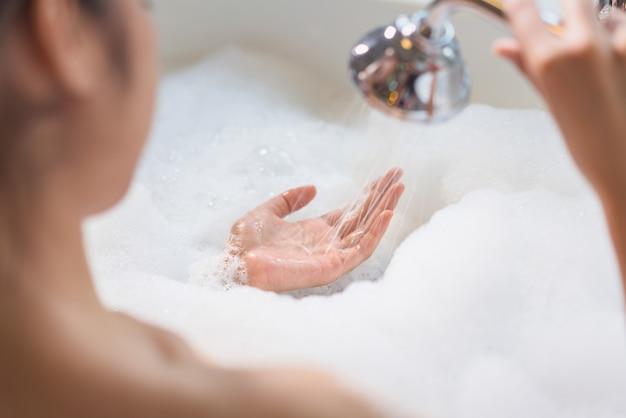 Donna rilassante nella vasca da bagno