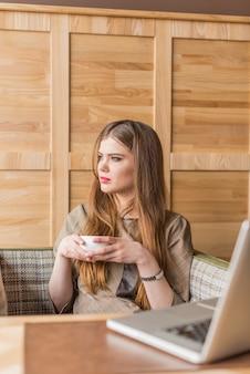 Donna rilassata con una tazza in mano