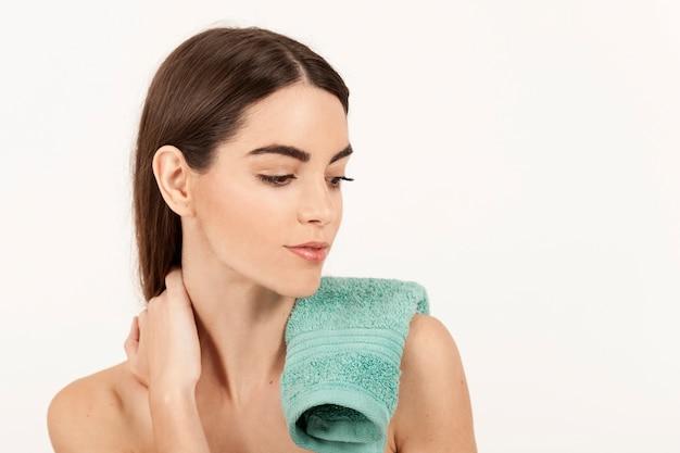 Donna rilassata in posa dopo la doccia
