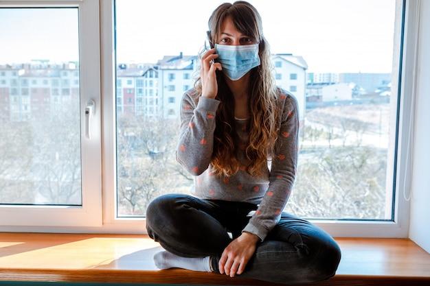 Donna rinchiusa a casa nello scoppio della pandemia di coronavirus.