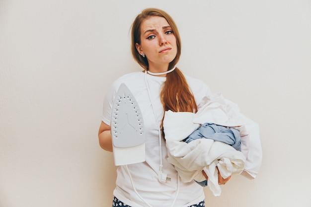Donna rivestente di ferro che si odia sui precedenti bianchi.