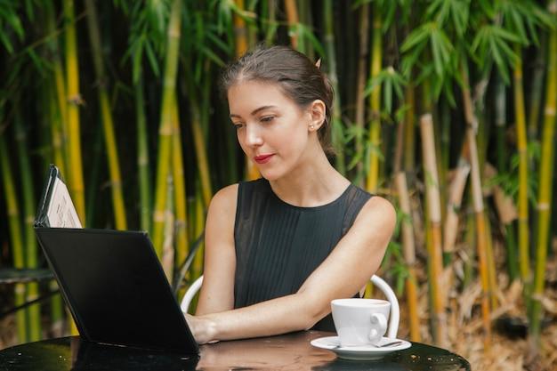 Donna romantica che aspetta la sua data ad un ristorante