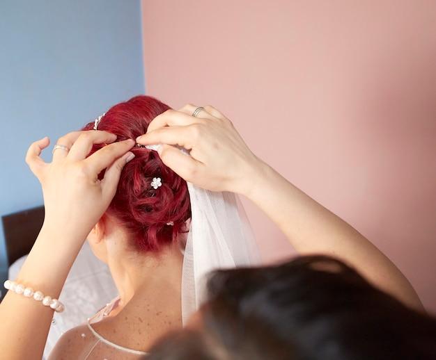 Donna rossa nel salone di parrucchiere