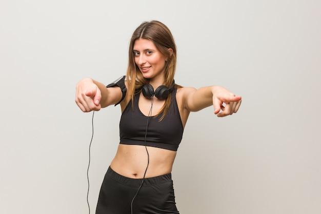 Donna russa di giovane fitness allegra e sorridente