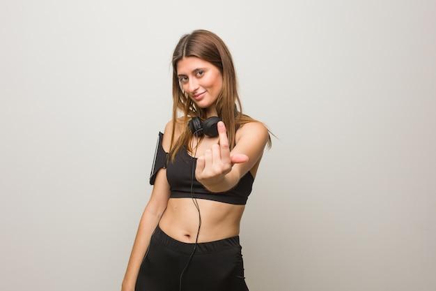 Donna russa di giovane fitness che invita a venire