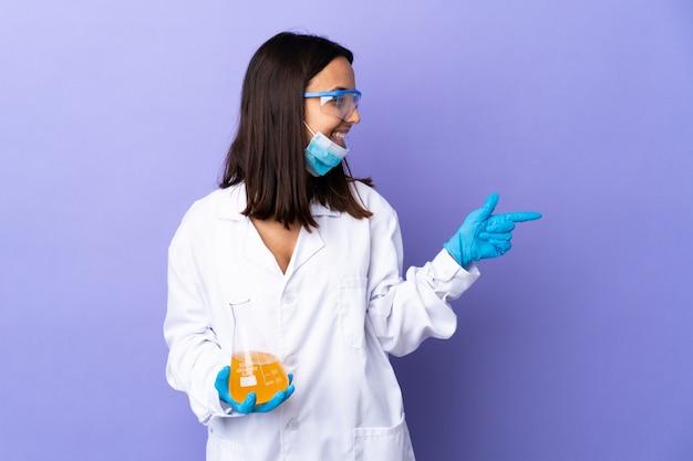 Donna scienziata che studia un vaccino per curare la malattia con l'intenzione di realizzare la soluzione sollevando un dito