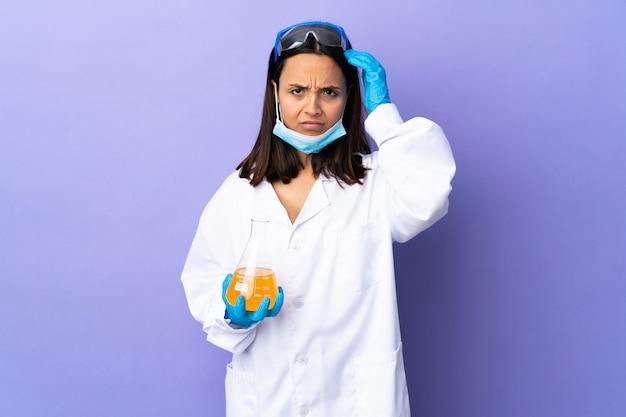 Donna scienziata che studia un vaccino per curare la malattia con un'espressione di frustrazione e non comprensione