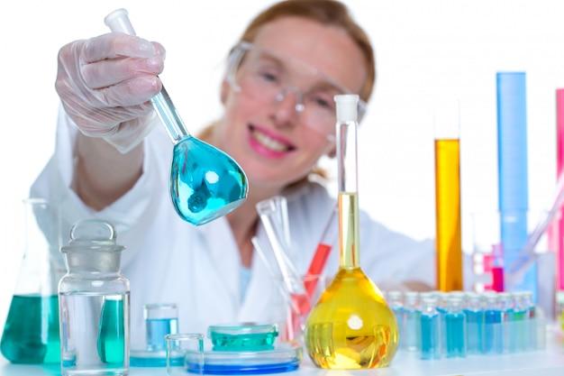 Donna scienziato laboratorio chimico con pallone di vetro