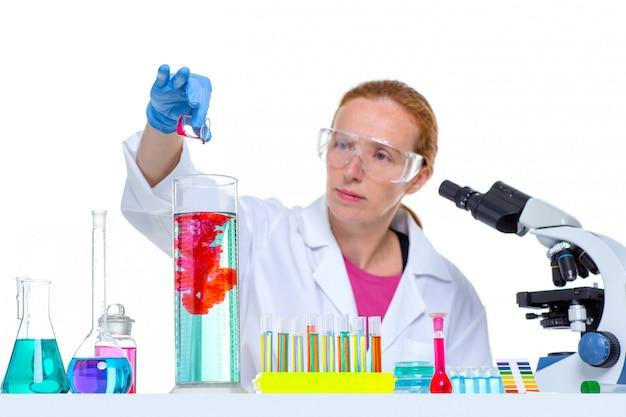 Donna scienziato laboratorio chimico con provetta