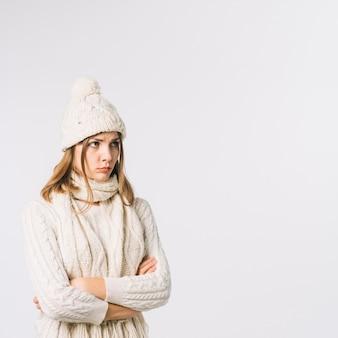 Donna sconvolta in vestiti caldi