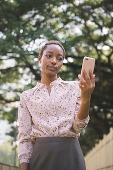 Donna sconvolta utilizzando un telefono