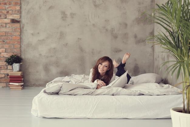 Donna sdraiata nel letto