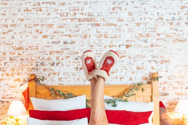 Donna sdraiata sul letto con i piedi sollevati