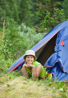 Donna, sdraiata, tenda, campo