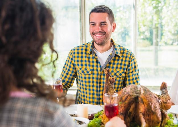 Donna seduta al tavolo di fronte uomo