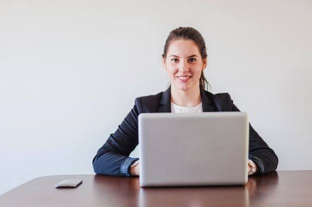 Donna, seduta, scrivania, lavoro, laptop