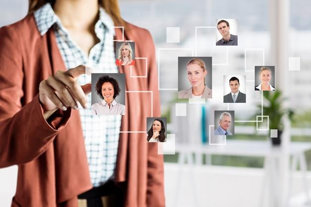 Donna selezionando immagini di persone