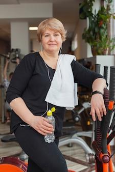 Donna senior all'esercizio della palestra