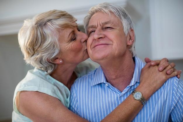 Donna senior che bacia il suo partner